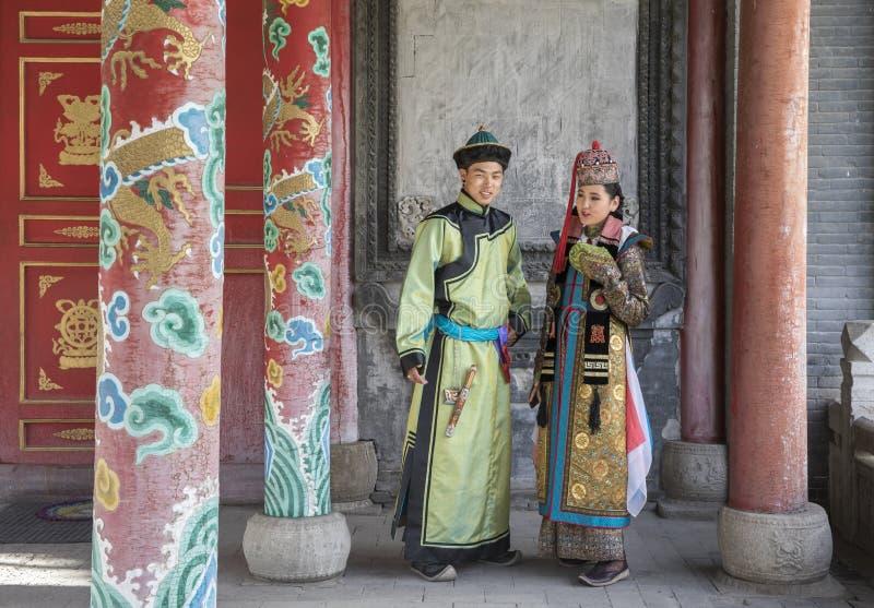 Mongools paar in traditionele uitrusting royalty-vrije stock foto