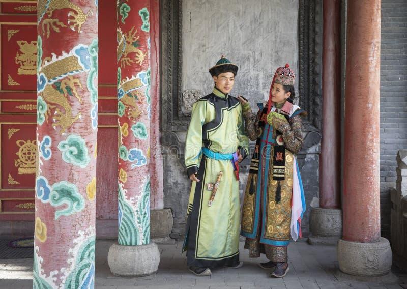 Mongools paar in traditionele uitrusting stock afbeelding