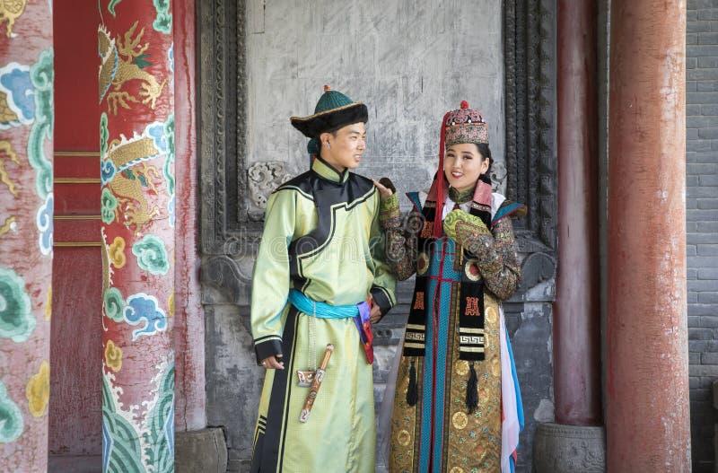 Mongools paar in traditionele uitrusting royalty-vrije stock foto's