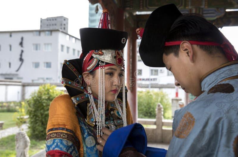 Mongools paar in traditionele uitrusting stock afbeeldingen