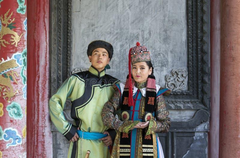 Mongools paar in traditionele uitrusting royalty-vrije stock afbeeldingen