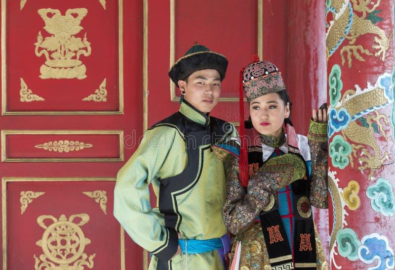 Mongools paar in traditionele uitrusting stock fotografie