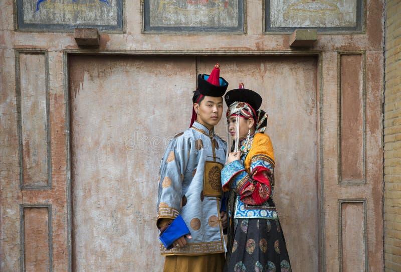 Mongools paar in traditionele uitrusting stock foto