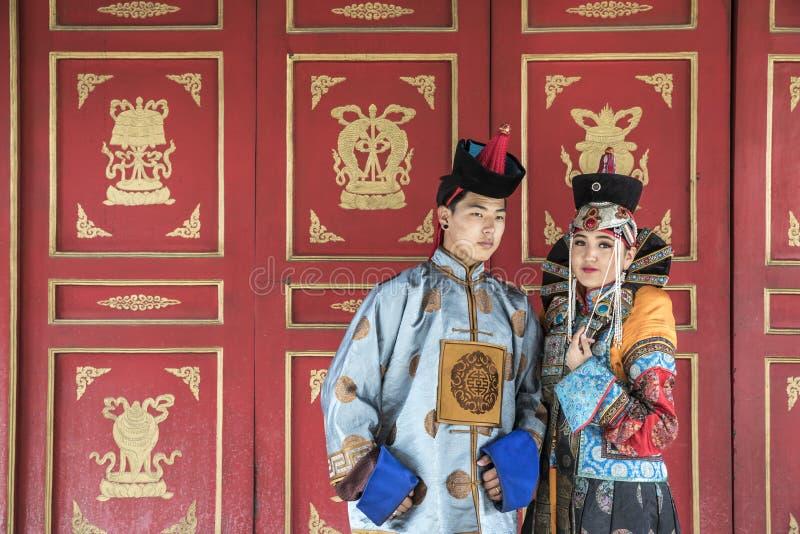 Mongools paar in traditionele uitrusting royalty-vrije stock afbeelding