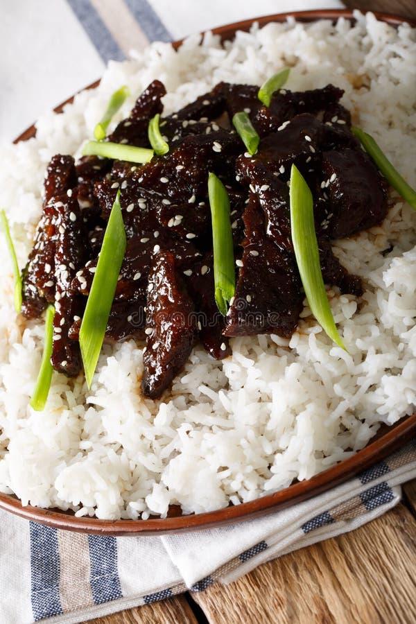 Mongools rundvlees in sojasaus met sesamclose-up verticaal royalty-vrije stock foto