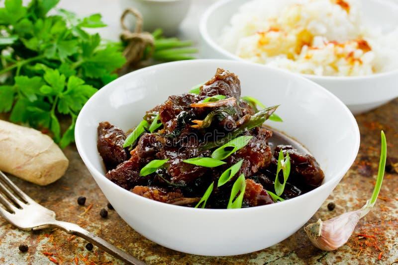 Mongools vlees - rundvlees in donkere kruidige saus in Aziatische stijl stock foto