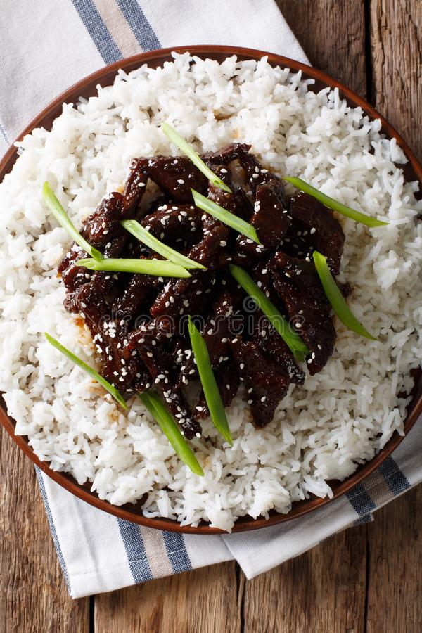 Mongools voedsel: rundvlees in sojasaus met sesam en groene uien c stock afbeelding