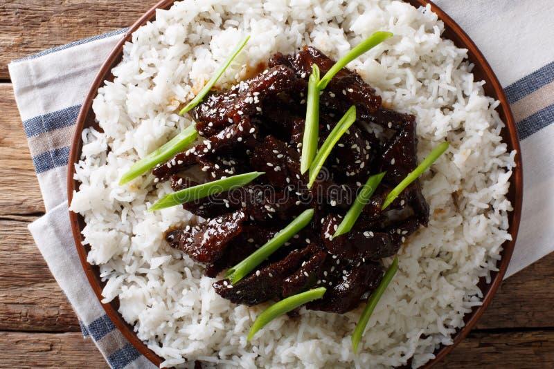 Mongools voedsel: rundvlees in sojasaus met sesam en groene uien c stock foto's
