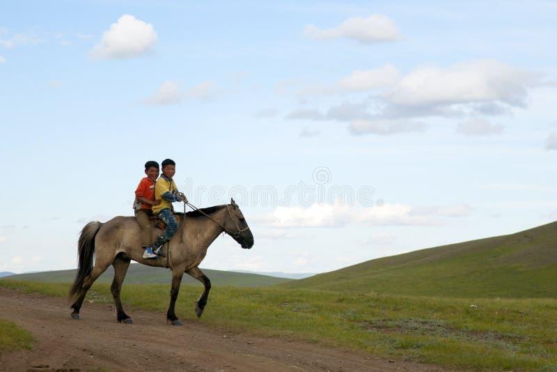 Mongoolse Jongens die Paard berijden royalty-vrije stock afbeeldingen