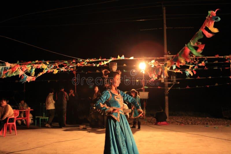Mongoolse meisjesprestaties stock afbeelding
