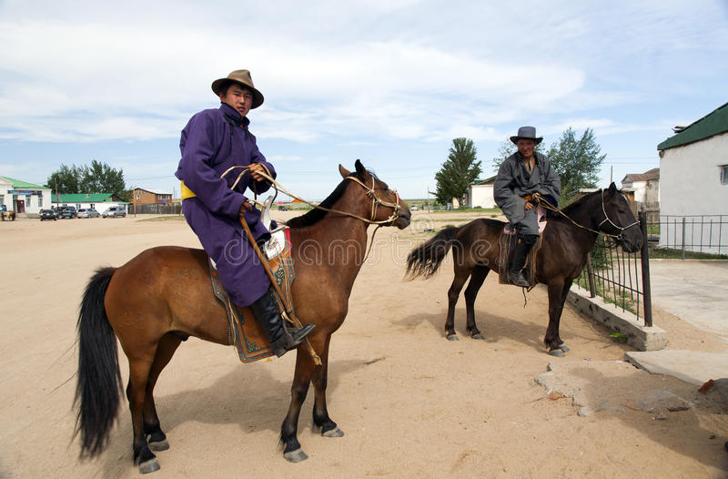 mongoolse-mensen-op-horseback-36743074.j