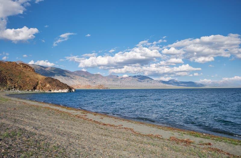 Mongoolse natuurlijke landschappen dichtbij langs omringd meer tolbo-Nuur stock afbeelding