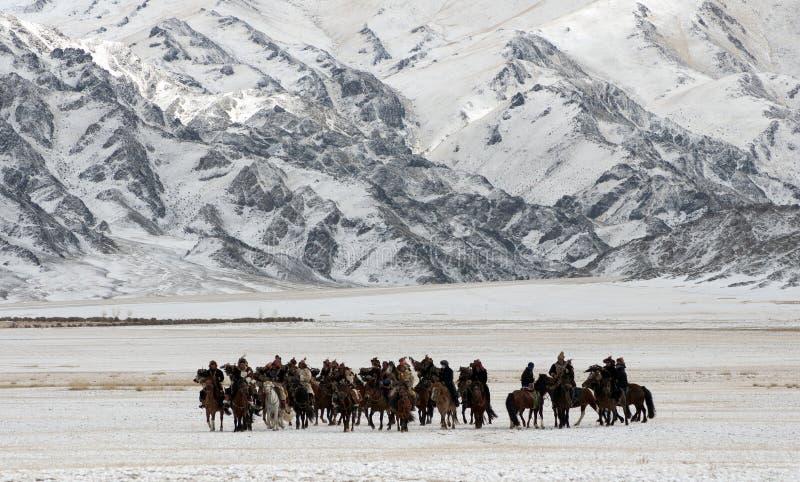 Mongoolse paardruiters in de bergen tijdens het gouden adelaarsfestival royalty-vrije stock foto's