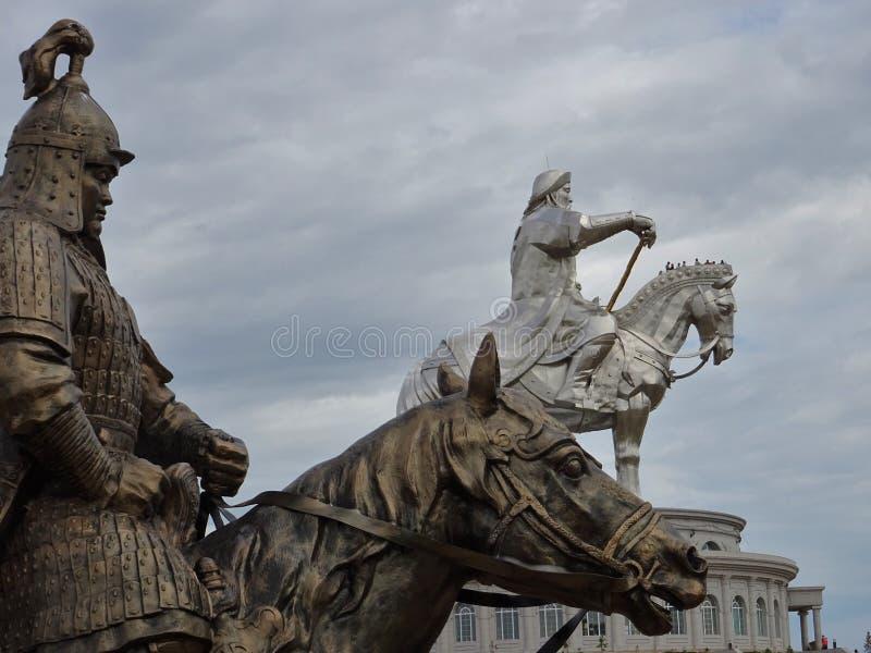Mongoolse strijders op paarden stock foto's
