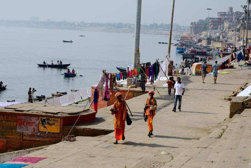 Mongs está caminando en el banco del río santo el Ganges en Varanasi, Uttar Prodesh, la India foto de archivo