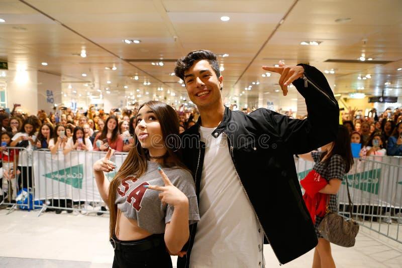 Monica för Spanien youtubersstjärnor som moran och Naim Darrechi syns för deras fans i mallorca royaltyfri fotografi
