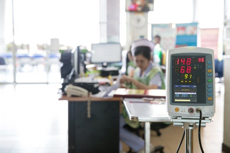 Moniteur automatique de tension artérielle dans l'hôpital images stock
