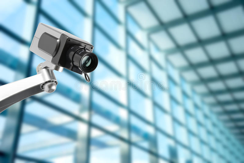 Moniteur de caméra de sécurité de télévision en circuit fermé dans l'immeuble de bureaux photo libre de droits