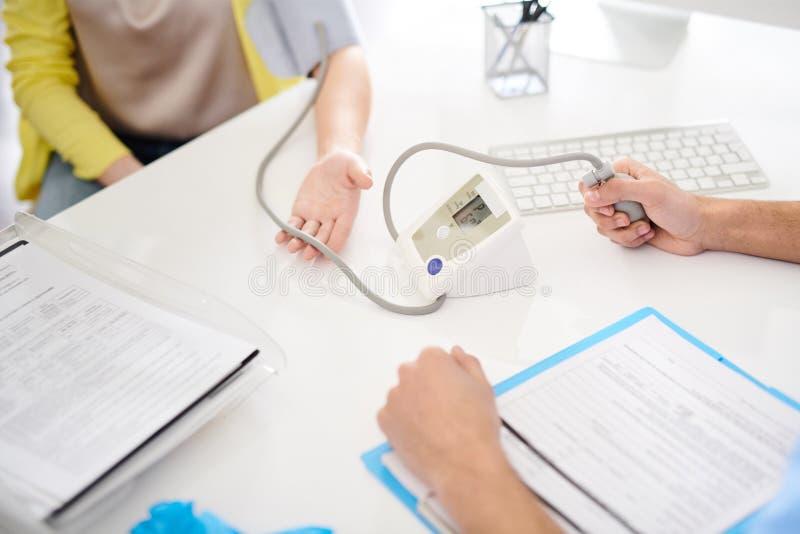 Moniteur de pression de docteur Using Electronic Blood images stock