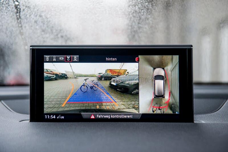 Moniteur de secours moderne de caméra dans des obstacles de salon automobile photographie stock libre de droits