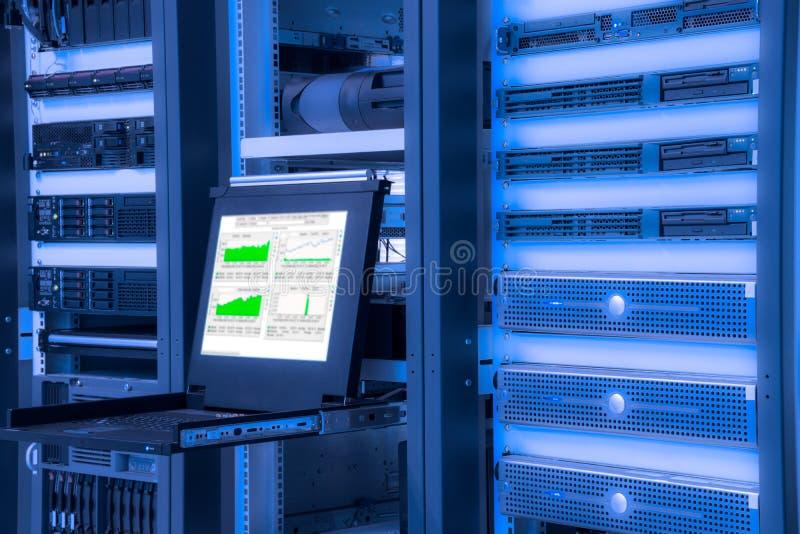 Moniteur de système de contrôle dans la chambre de centre de traitement des données photo libre de droits