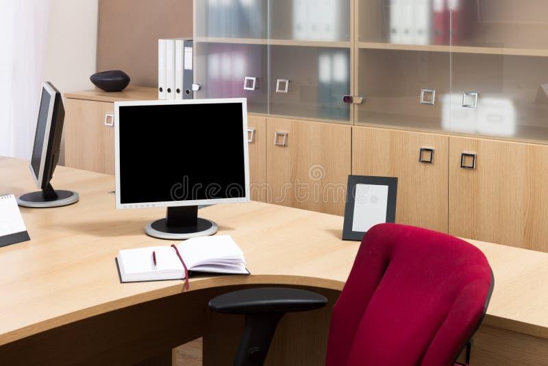 Moniteurs dans un bureau moderne images libres de droits