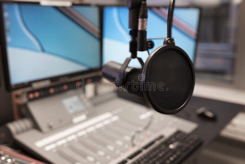 Moniteurs et microphone au-dessus de Tableau dans le studio par radio images libres de droits