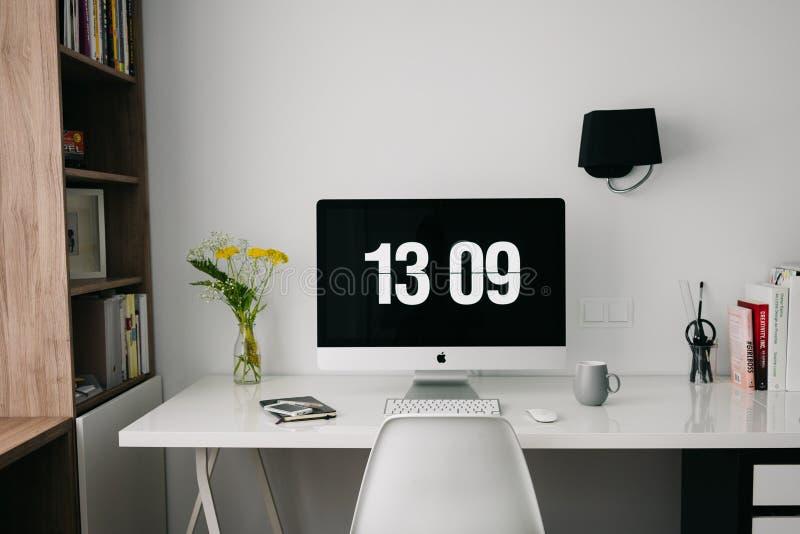 Monitor de computadora en la mesa imágenes de archivo libres de regalías