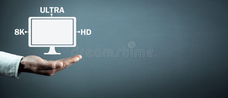 Monitor de computadora de la tenencia de la mano 8K ultra HD Tecnología video de Digitaces imagen de archivo