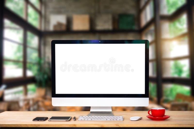 Monitor de computadora, teclado, taza de café y ratón con la pantalla en blanco o blanca aislada fotos de archivo
