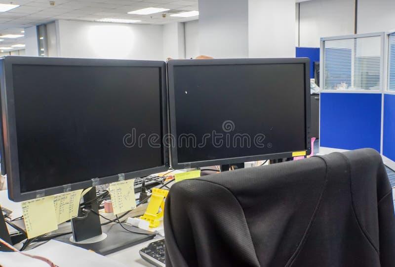 Monitor de conexión del ordenador de la PC en oficina con la silla para el empleado imagen de archivo libre de regalías