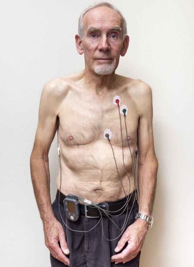Monitor de coração vestindo do ancião imagens de stock