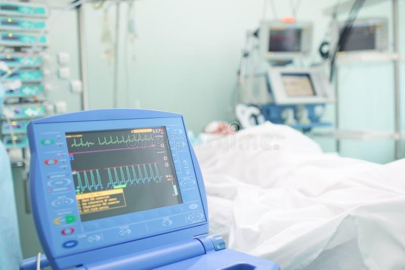 Monitor de corazón al lado de la cama del paciente foto de archivo