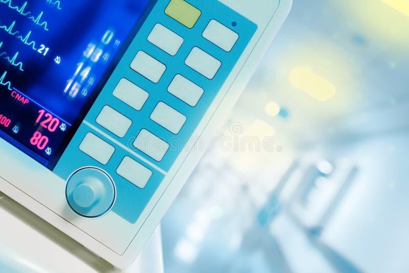 Monitor de corazón contra un vestíbulo brillantemente encendido del hospital, c médica fotografía de archivo libre de regalías
