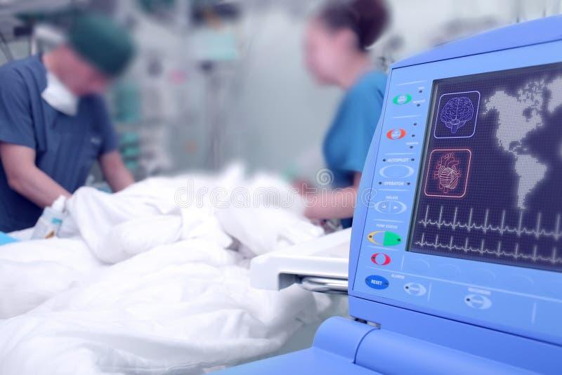 Monitor in de het ziekenhuisafdeling op de achtergrond van artsen royalty-vrije stock foto