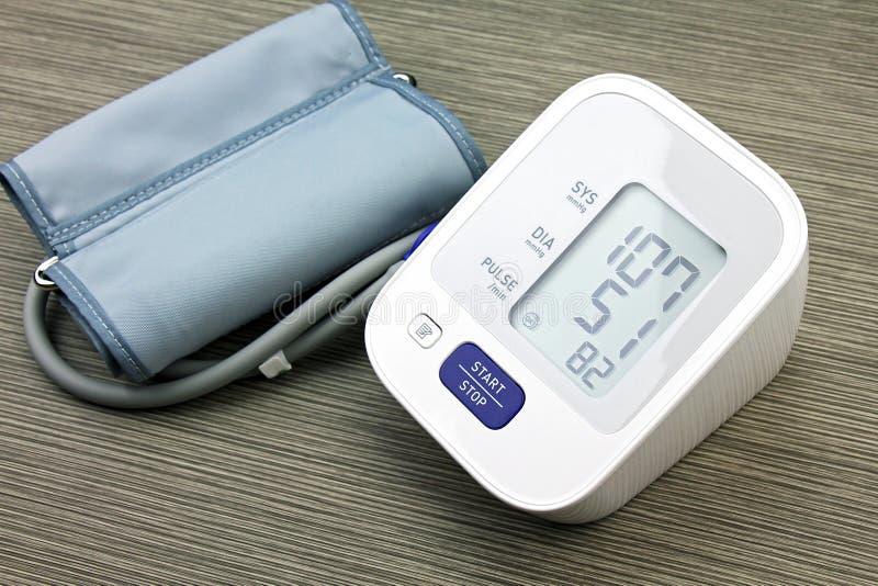 Monitor de la presión arterial de Digitaces, médico y examinando fotos de archivo
