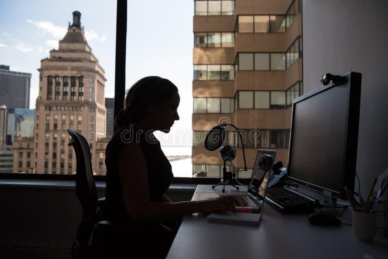 Monitor del computer dello schermo piano sulla Tabella bianca immagine stock libera da diritti