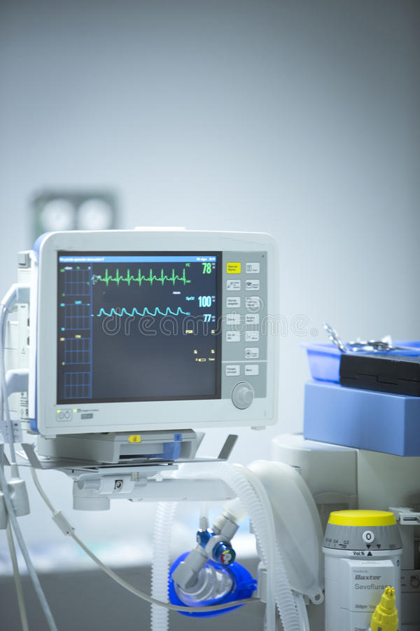 Monitor del ritmo cardíaco de la sala de operaciones del hospital de la cirugía fotografía de archivo