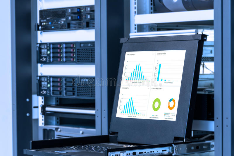 Monitor del sistema di controllo nella stanza del centro dati fotografia stock