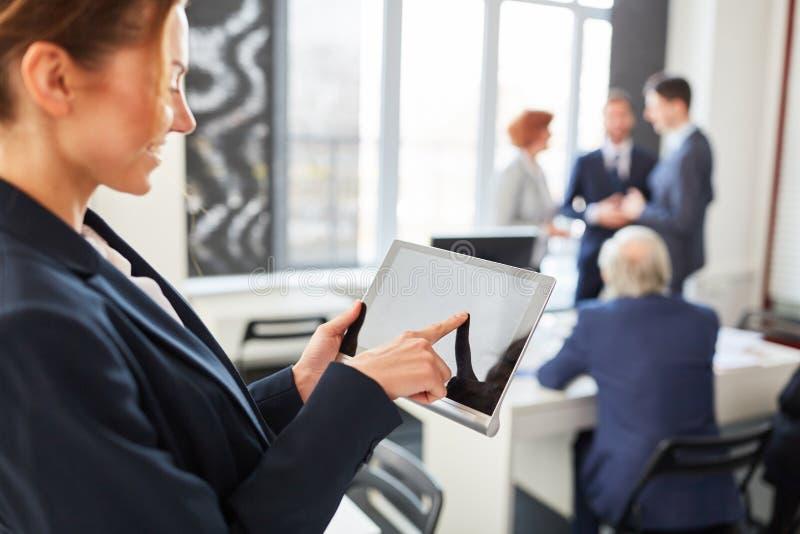 Monitor dello schermo attivabile al tatto del computer della compressa fotografia stock libera da diritti