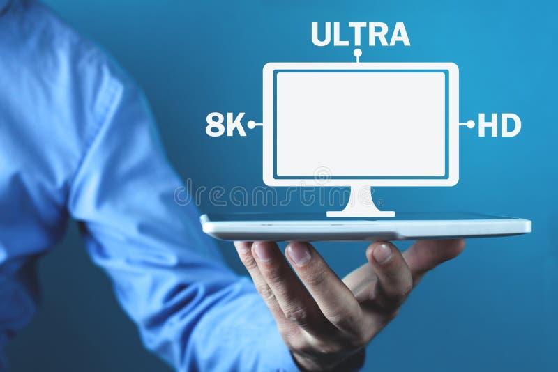 Monitor do computador da terra arrendada da mão 8K ultra HD Tecnologia video de Digitas imagem de stock