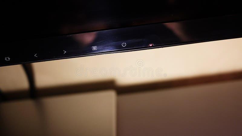 Monitor do LCD IPS para o computador doméstico, o desktop com um computador pessoal e um monitor com uma grande diagonal fotografia de stock