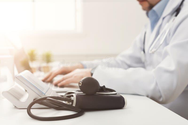 Monitor en el escritorio, foco selectivo de la presión arterial foto de archivo libre de regalías