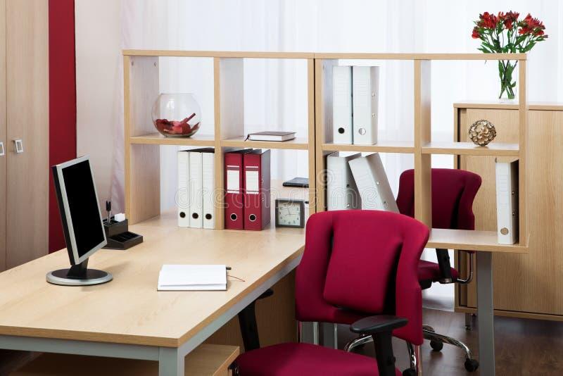 Monitor en un escritorio imagenes de archivo