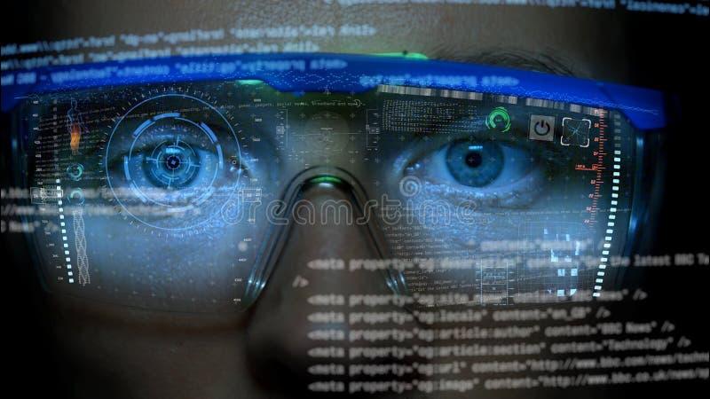 Monitor futurista na cara com holograma do código e da informação Animação do hud do olho Conceito futuro imagens de stock