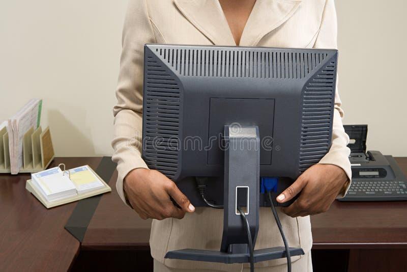 Monitor levando do computador da mulher fotos de stock royalty free