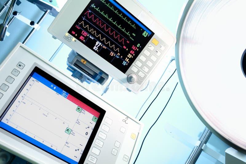 Monitor médico y lámpara quirúrgica fotografía de archivo