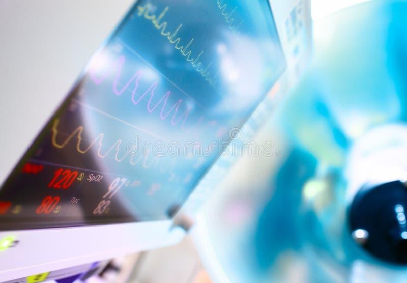 Monitor médico y lámpara quirúrgica imagenes de archivo