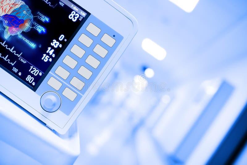 Monitor medico nel corridoio dell'ospedale immagini stock libere da diritti
