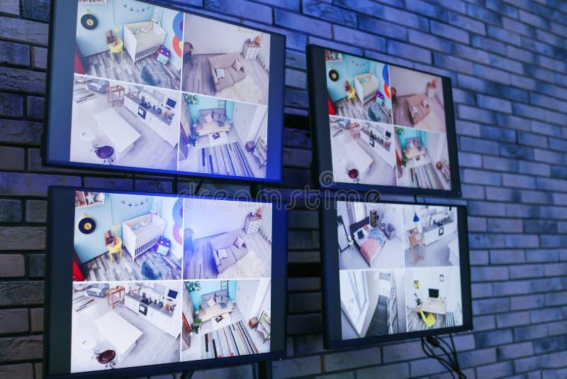 Monitor moderni con video radiodiffusione dalle videocamere di sicurezza all'interno immagine stock libera da diritti